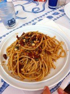 Spaghetti-acciughe-pomodorisecchi-mandorle